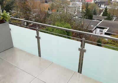 Balkon mit Metall-Glas-Geländer