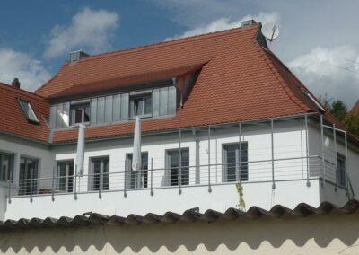 Balkon mit Metallgeländer