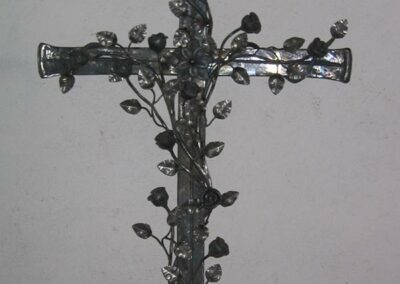 Grabkreuz mit Rosen-Verzierungen von Ringler aus Ansbach