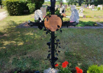 Grabkreuz aus Metall mit Beschriftung