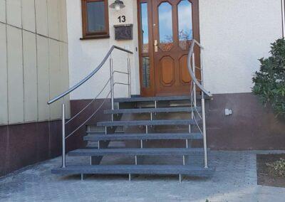 Treppe mit Metallgeländer