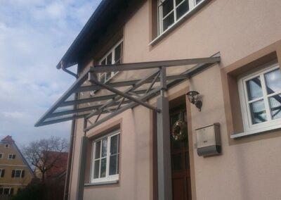 Vordach mit Metallstützen